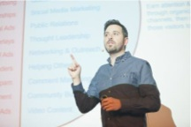 Bild: Sein Fingerzeig: Thought Leadership. Rand Fishkin bei der Keynote auf der SMX 2012 München